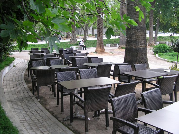 Μας αρέσει το «έξω» αλλά θέλουμε και τη σκιά μας. Αυτά τα μαγαζιά υπόσχονται καφεδάκι με δροσιά!