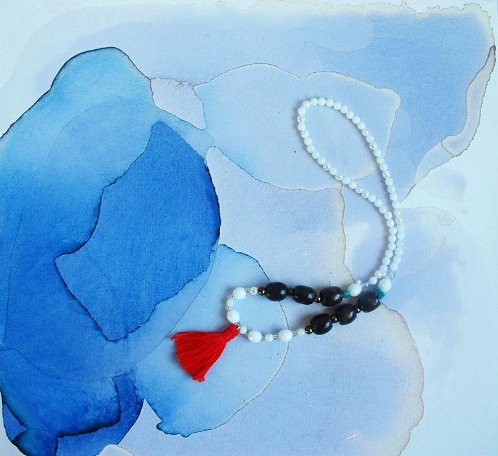 Turquoise-Sapphire Korálkový náhrdelník, kombinace dřevěných, skleněných a broušených korálků, doplněna tyrksem a bavlněným střapcem. Délka 33 cm. Hand-made, pouze jeden kus v dané barvě a provedení. K poslechu tu ♥ Tyrkys je nejúčinnější léčivý krystal. Přináší zotavení ducha i pohodu těla. Jedná se o ochranný kámen používaný odnepaměti na amulety. ...