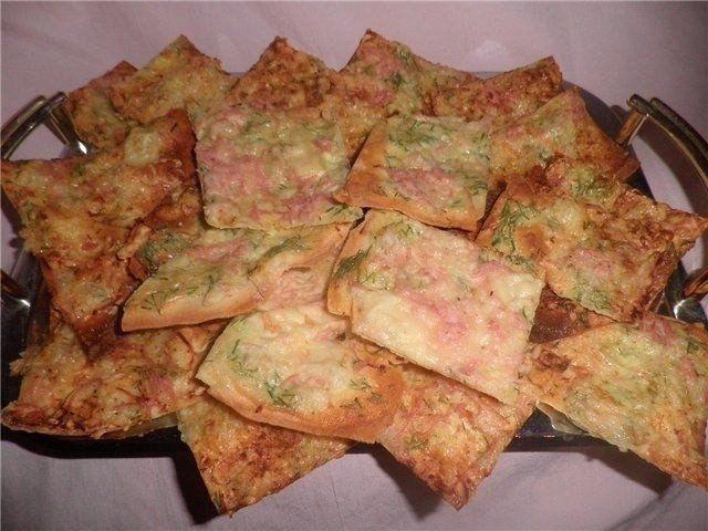 Фото к рецепту: Чипсы из лаваша с сыром и ветчиной