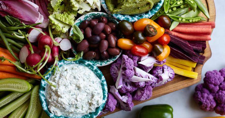 Fransmännens svar på grönsaker med dipp - en riktig klassiker. Leila serveras sina grönsaker med avokadohummus och parmesan- och yoghurtdipp.