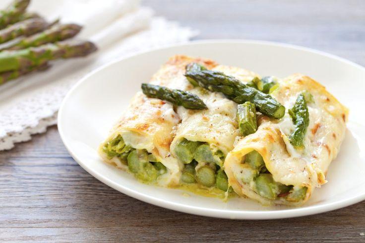 La ricetta delle crepes agli asparagi è facilissime da preparare, con asparagi freschi e formaggio da passare in forno per pochi minuti, finché si forma una croccante crosticina