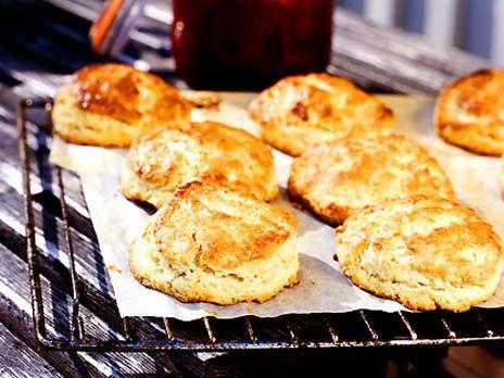 Klassiska scones passar lika bra som frukost eller mellanmål och är lätt att baka. Servera nygräddade scones med ost och marmelad!