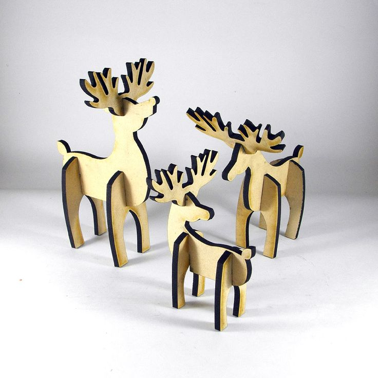 Renos decorativos, ideales para centro de mesa o cerca del árbol de Navidad. Elaborado en madera MDF en crudo, son perfectos para regalos o decoración en las fiestas de fin de año.