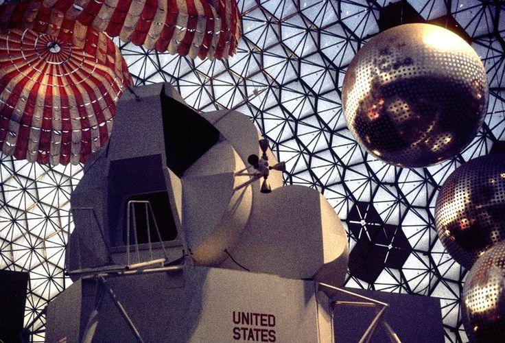 À l'intérieur de la Biosphère. L'exposition de l'ESPACE. Pavillon Américain. Space Exhibits at Expo 67