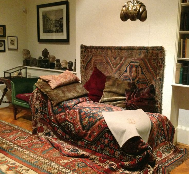 Sigmund Freud's couch  ©lesliewilliamson