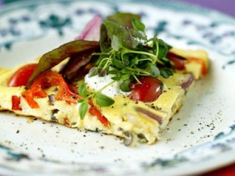 Vegetarisk omelett med feta och grönsaker. En snabb och nyttig lunch.