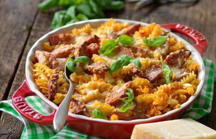 Lättlagad och krämig vardagsgratäng med falukorv, pasta och lagrad ost.