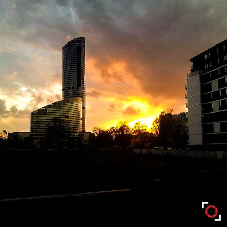 """A takie widoki czasami spotykam jak wracam popołudniami do domu - słońce chowające się za chmurami i horyzontem tworząc """"Złotą Godzinę"""" 😊  Fotolia / Adobe Stock: 131446562 https://adobe.ly/pog-24  #phoneography #fotolia #instant #adobestock #igers #igerswroclaw #igerspoland #wroclaw #wroclove #miastospotkan #photooftheday #nofilter #photoshop #retouch #goldenclouds #goldenhour #bluehour #skytower #building #clouds #cloudyday #sky #24"""