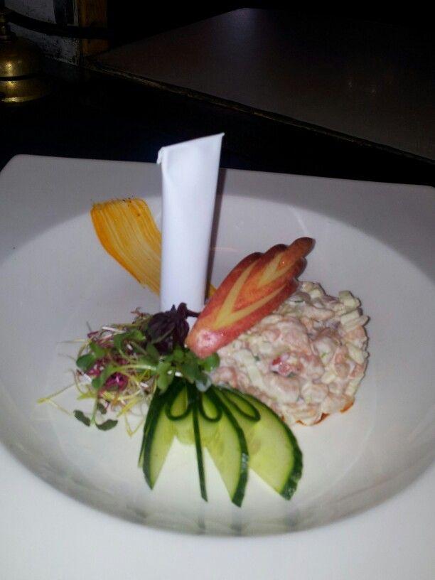 Salade van noorse garnalen met appel en een tube cocktailsaus