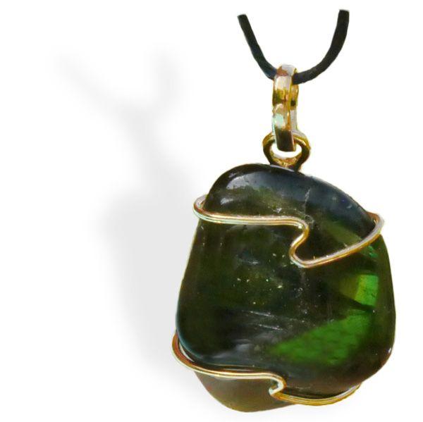 La Tourmaline verte est indiquée pour libérer l'énergie bloquée ou figée dans la région du cœur. Cependant, la Tourmaline verte n'est pas limitée au chakra du cœur car cette couleur exprime aussi l'équilibre et la guérison. Elle favorise la montée de l'énergie sur une zone qui en a besoin.