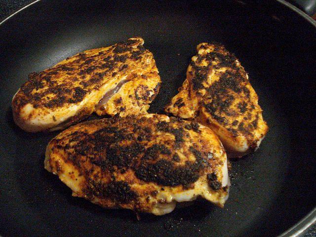 Vous voulez faire du poulet comme en Jamaïque ? Alors voici la recette authentique du poulet noirci, parfait pour manger du poulet qui a du goût.