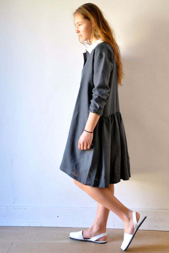 une robe-chemise en lin délavé : http://www.vdj-boutique.com/robes/3276-robe-chemise-lin-delave.html  chaussures : minorquines http://www.vdj-boutique.com/minorquines/3477-sandales-blanches-avarca-minorquines.html
