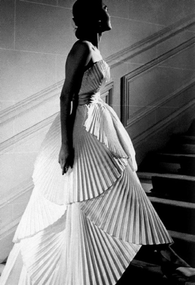Alla in Dior's pleated evening gown, 1950    photo by Willy Maywald