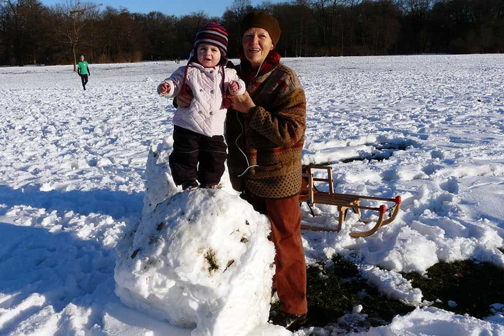Bei traumhaftem Winterwetter mit strahlend blauem Himmel machen sich viele Münchner einen schönen Tag im Englischen Garten:  Sonnenbaden,  ein kühles Bier oder heißen Kaffee am Kleinhesseloher See trinken, mit den Kindern Schneemänner bauen, mit Freunden Fußball spielen, Langlaufen oder sich mit der Kutsche gemütlich durch die verschneite Landschaft schaukeln lassen – ein solchen grandiosen Wintertag genießt jeder auf seine Weise! (Foto: Leonie Liebich)