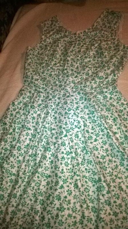 vestito estivo in cotone bianco a fiorellini verdi stile vintage. cartamodello la mia boutique