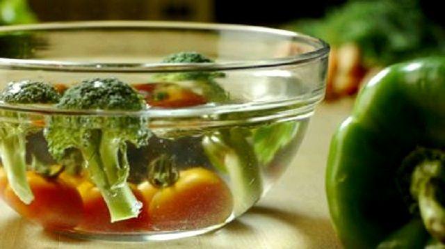 É possível eliminar o agrotóxico em frutas e verduras? É possível comer uma salada sem veneno mesmo os vegetais não sendo de agricultura orgânica? Esse é um tema muito polêmico.