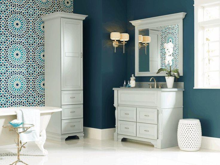 peinture murale bleu foncé et mosaïque murale orientale dans la salle de bains claire