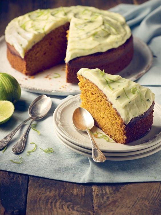 Ciasto dyniowe może okazać się nie lada wyzwaniem - najpierw pieczemy dynię, następnie przygotowujemy ciasto, na końcu polewę, a całość ozdabiamy miętą!