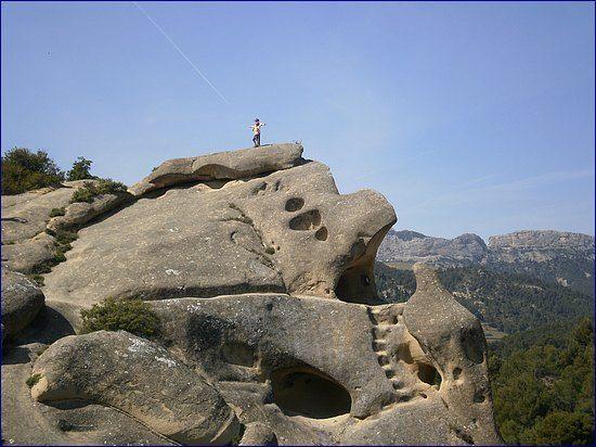 Le rocher de Rocalinaud, près de Beaumes de Venise, et les Dentelles de Montmirail, Vaucluse, Provence, France ==> http://randolacrau.free.fr/2009.2010/10.beaumes.de.venise/beaumes.htm