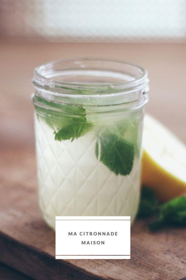 Faites bouillir deux litres d'eau et ajoutez y deux citrons coupés en grosses rondelles. Laissez infuser jusqu'à complet refroidissement. Pressez le jus des quatre citrons restants. Ajoutez le jus des citrons à l'eau citronnée refroidie, le sucre semoule. Versez celui-ci au fur et à mesure, goûtez, et adaptez selon vos propres goûts. Mélangez, placez au frais et servez avec plein de glaçons avec quelques feuilles de menthe.