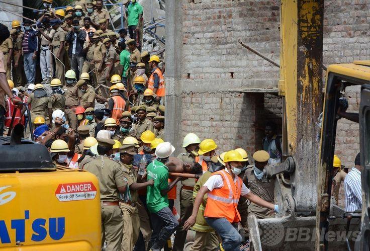 インド南部チェンナイ(Chennai)近郊の建設中の11階建て住宅ビル崩壊事故現場で、救出された男性を運ぶ救援隊員ら(2014年6月30日撮影)。(c)AFP ▼1Jul2014AFP|チェンナイのビル崩壊、死者20人に 欠陥工事が原因か インド http://www.afpbb.com/articles/-/3019296