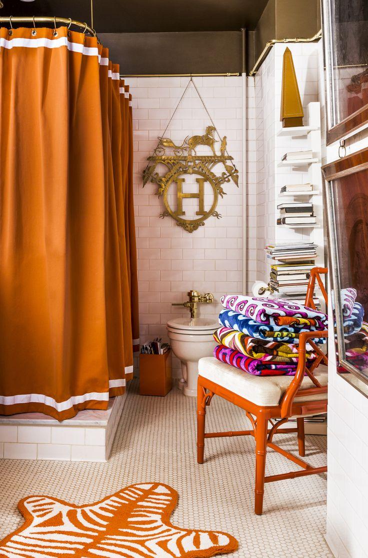 Угловой карниз для ванны: особенности выбора и 75+ функциональных и стильных решений http://happymodern.ru/karniz-dlya-uglovoj-vanny-foto/ Великолепное сочетание терракотовых аксессуаров и черного потолка в интерьере ванной комнаты  Смотри больше http://happymodern.ru/karniz-dlya-uglovoj-vanny-foto/
