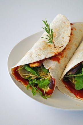 vegetarische wraps met aubergine en tomatensaus