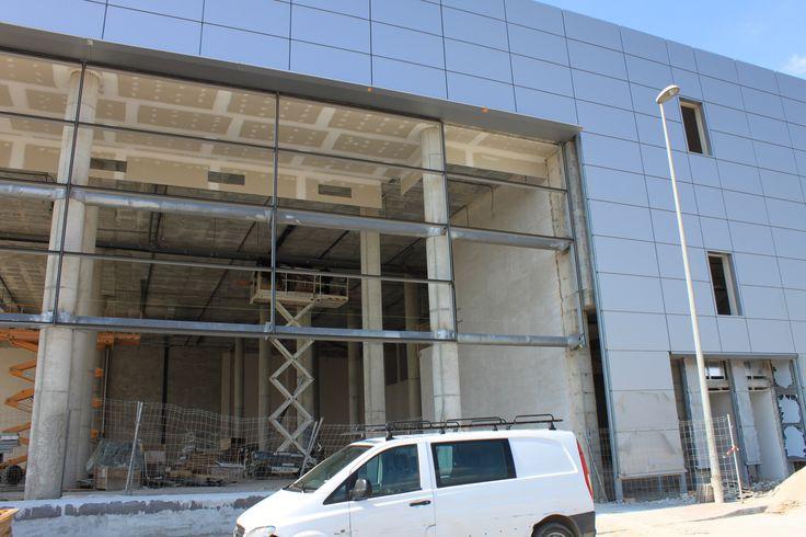 Trabajos de revestimientos y acabados en antiguo concecionario NISSAN. Carretera del Aeropuerto (Màlaga)