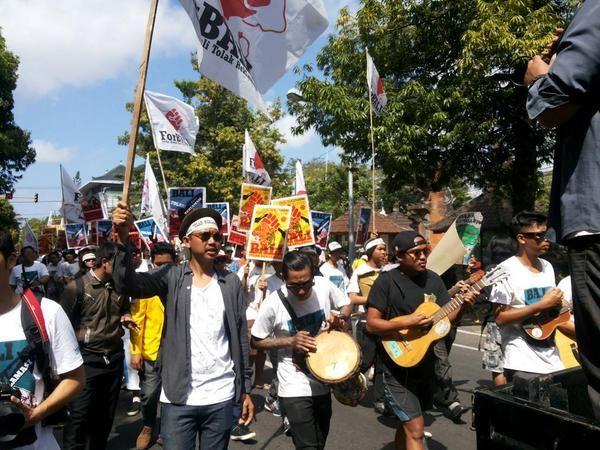 Berbagai elemen masyarakat termasuk musisi melakukan aksi parade budaya Tolak Reklamasi Teluk Benoa. Foto : ForBALI #activism #Bali #Indonesia