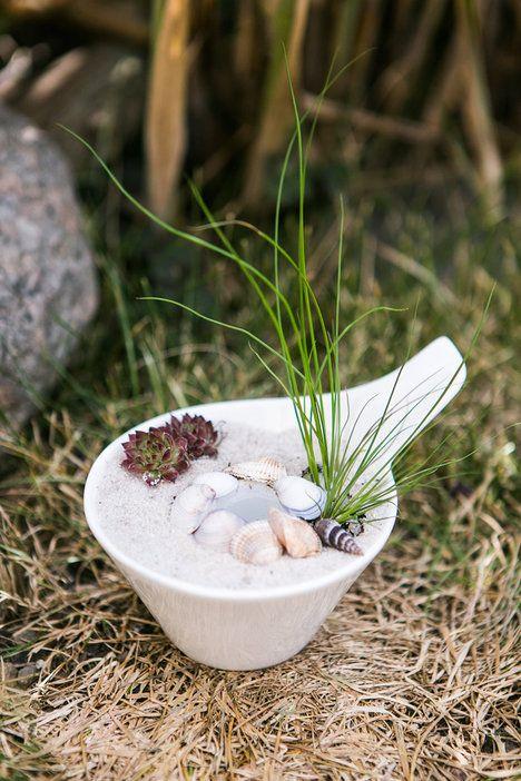 Do malé misky dejte nádobku s vodou. Použili jsme plastový uzávěr. Obsypte ho pískem, do kterého zasaďte traviny nebo sukulenty, které nemají velké nároky na výživu. Můžete dozdobit například mušličkami. Vytvoříte tak iluzi pláže, která se hodí právě do koupelny; archiv redakce