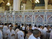 """Zemzem - Zemzem (زمزم) è una fonte sacra nelle immediate adiacenze della Kaʿba di Mecca. Essa prende il suo nome dalla radice geminata araba <z-m-z-m>, che significa """"inghiottire a piccoli sorsi"""".La fonte è chiamata anche """"il pozzo di Ismaele"""" perché si crede che essa sia miracolosamente scaturita per intervento angelico al fine di consentire a una disperata Hāgar di abbeverare l'assetato figlioletto Ismāʿīl in un ambiente del tutto privo d'acqua."""