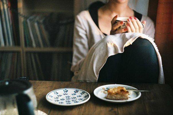 Хорошей погоды совершенно достаточно для счастья, а в плохую можно, к примеру, испечь яблочный пирог.  И никакого дополнительного смысла не требуется. Как в детстве.
