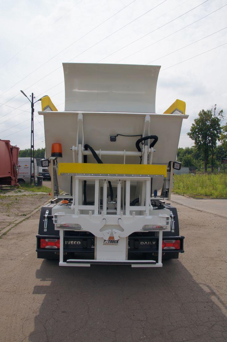 Tył śmieciarki KVC z uniwersalnym urządzeniem do opróżniania pojemników od 120 litrów do 1100.