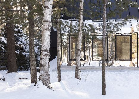 Lake Cottage Cabin's entrance has a mirrored entrance to integrate the building with its surroundings