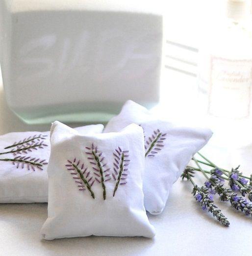 Sachês de lavanda para gavetas, armários e closets - Perfumando seus ambientes ~ VillarteDesign Artesanato: Lavender Drawers, Lavender Closet, Lavender Sachets Diy, Diy Sachets, Drawers Sachets Diy, Diy Gifts, Simple Sewing Projects, Closet Sachets, Diy Homemade Lavender
