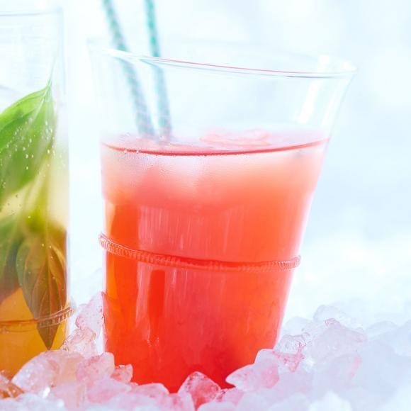 Rezept: Erdbeer-Minztee mit Vanille.  Eistee mit der natürlichen Süße von reifen Erdbeeren und Vanille - mit frischem Minztee gemischt.