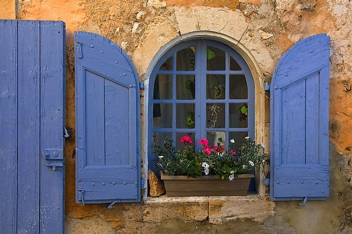 Love this color….cornflower blue, periwinkle, French blue?  with the warm honey colored stone wall and dash of fuchsia!