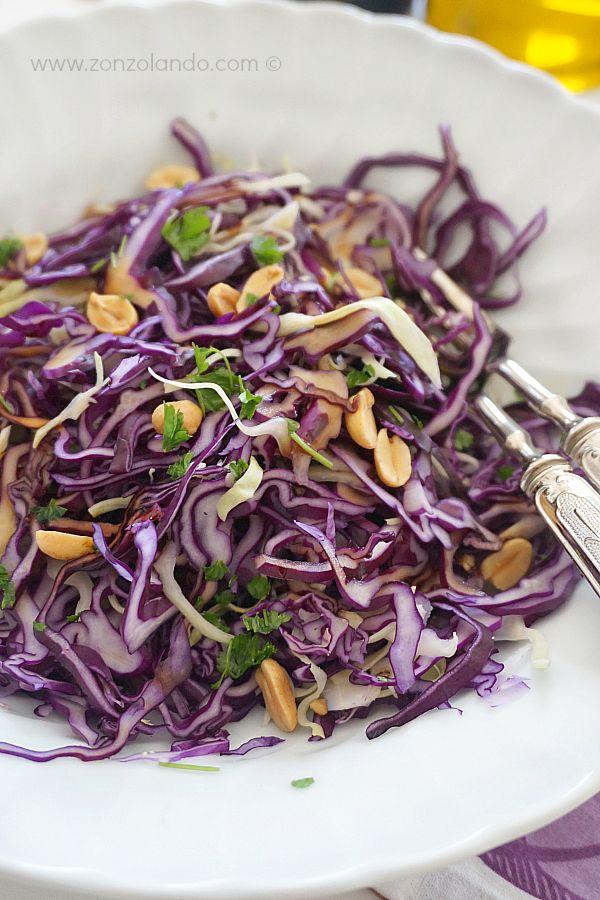 Insalata invernale di cavolo cappuccio crudo e arachidi light vegana saporita ricetta red cabbage peanut winter healthy salad recipe