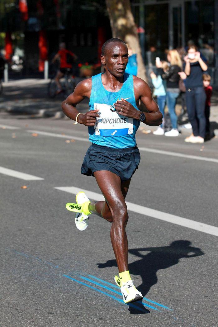 Unser Rennbericht und Impressionen vom Berlin Marathon 2015. Eliud Kipchoge gewinnt in Jahresweltbestzeit, obwohl er von Anfang an Probleme mit den Innensohlen seiner Schuhe hatte und sich diese fast verabschiedeten.