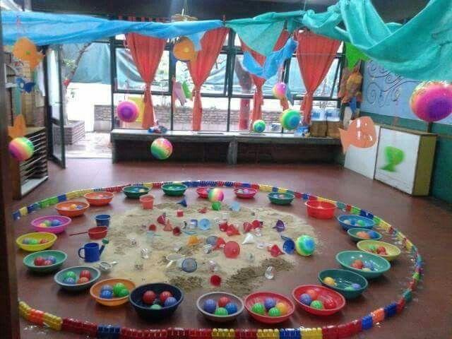 pelotas, palanganas, arena y embudos