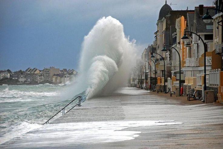 Saint Malo stormy sea - amazing