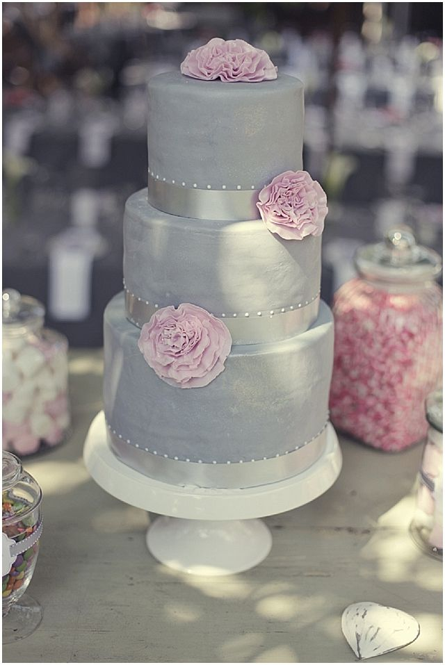 Pretty in pink and grey real wedding // Wedding Cake