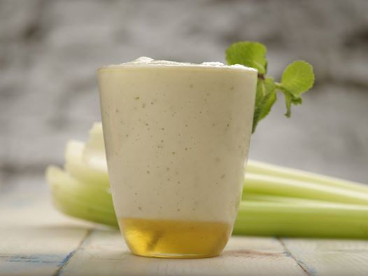 Смузи может быть не только сладким и фруктовым, но и овощным. А значит, не менее вкусным и еще более полезным. Сегодня готовим на завтрак смузи из огурца, яблока, сельдерея и имбиря! #ilovecooking #smooth