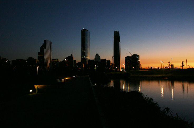 Anochecer en Parque Bicentenario, Vitacura, Santiago.