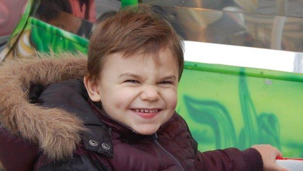 Antoine a 2 ans et demie, il est porteur du syndrome d'Angelman. Il ne marche pas mais se déplace sur les fesses ou en prenant appui sur ce qui l'entoure.