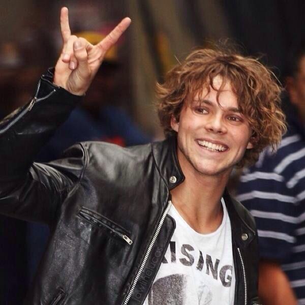 The Many Faces Of 5SOS' Ashton Irwin - MTV<<<<<<< Hey, ashton you're hot!