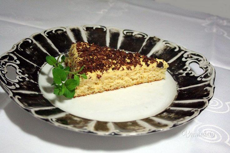 Veľmi rýchly a chutný šťavnatý koláč, kde do cesta ide plechovka rozmixovaného ananásového kompótu bez pridania akéhokoľvek tuku.