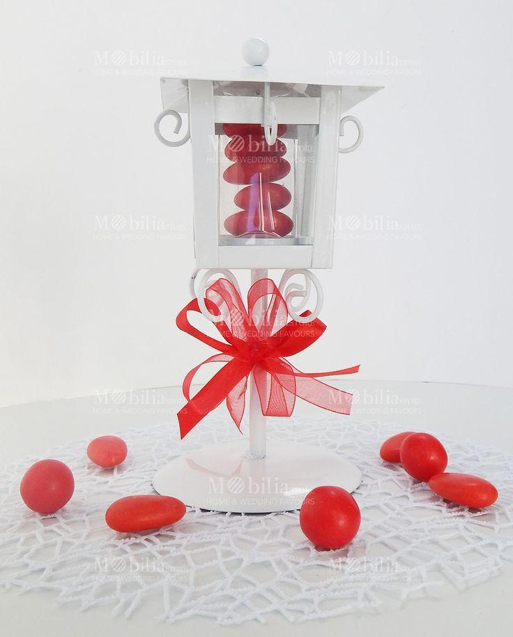 Lanterna Lampione Bomboniere Laurea  realizzata in vetro e metallo intagliato, in un meraviglioso color Bianco, è confezionata con bellissimi fiocchi rossi in raso e organza, pronta da dare ai vostri invitati!