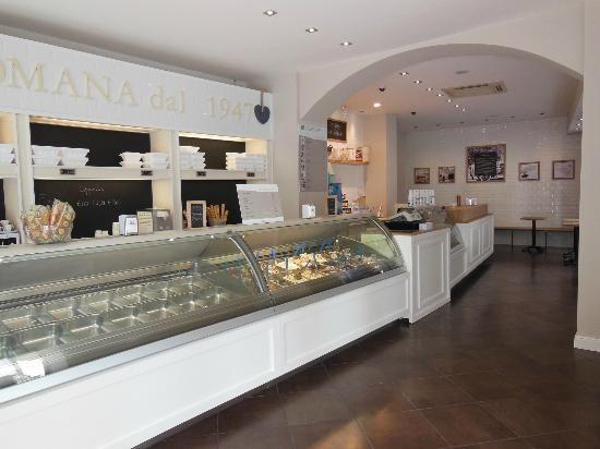 Urbino, Italy: gelateria la Romana, vetrine gelati