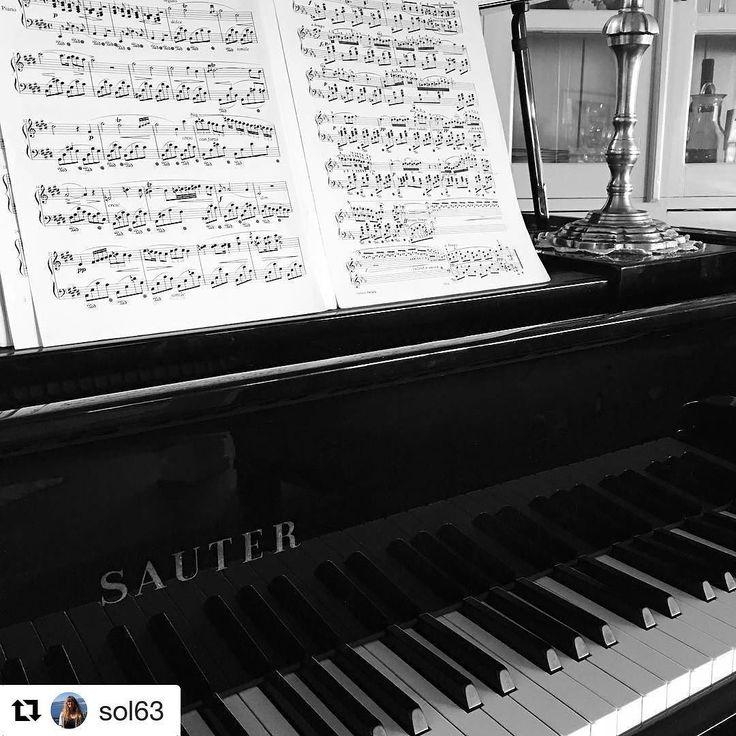 Musikk er språk alle kan forstå. #reiseblogger #reiseliv #reisetips #reiseråd  #Repost @sol63 (@get_repost)  Piano Jeg skjønte ikke vitsen med de svarte dagene Ikke før jeg forsøkte å spille på dem det klinger annerledes når jeg får inn noen hvite innimellom - Trygve Skaug